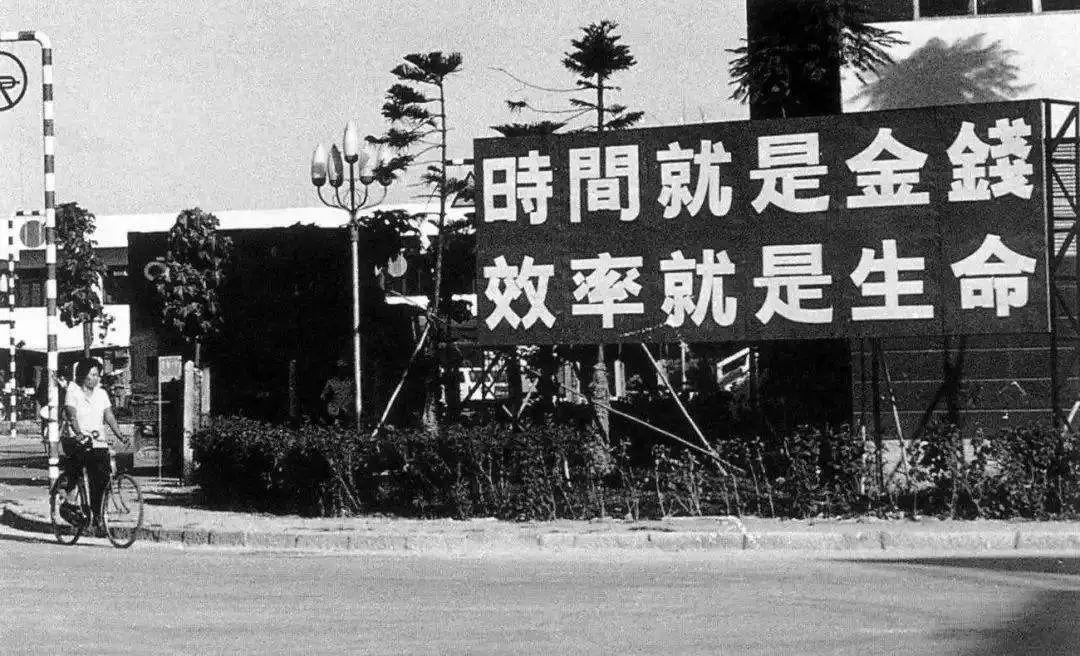 8月26日晚8时26分,826架无人机倾情表白深圳