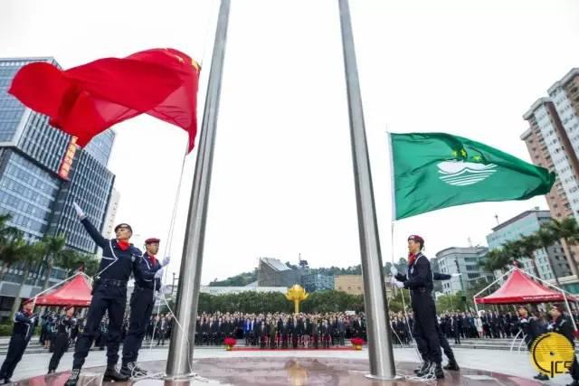 澳门特区政府于20日上午8时正在金莲花广场举行隆重升旗仪式
