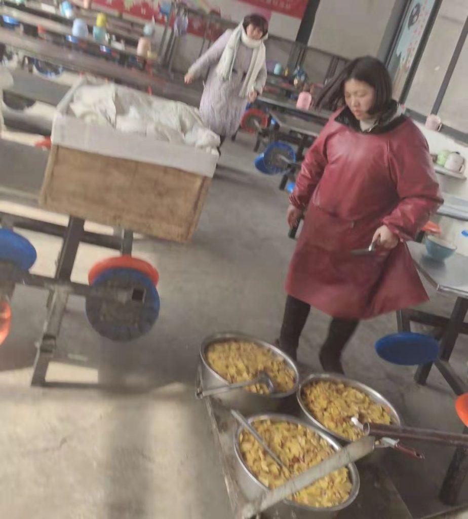 太康一地锅做饭学校克扣营养餐、老师踢伤学生、学生食用变质土豆、提前预收学费
