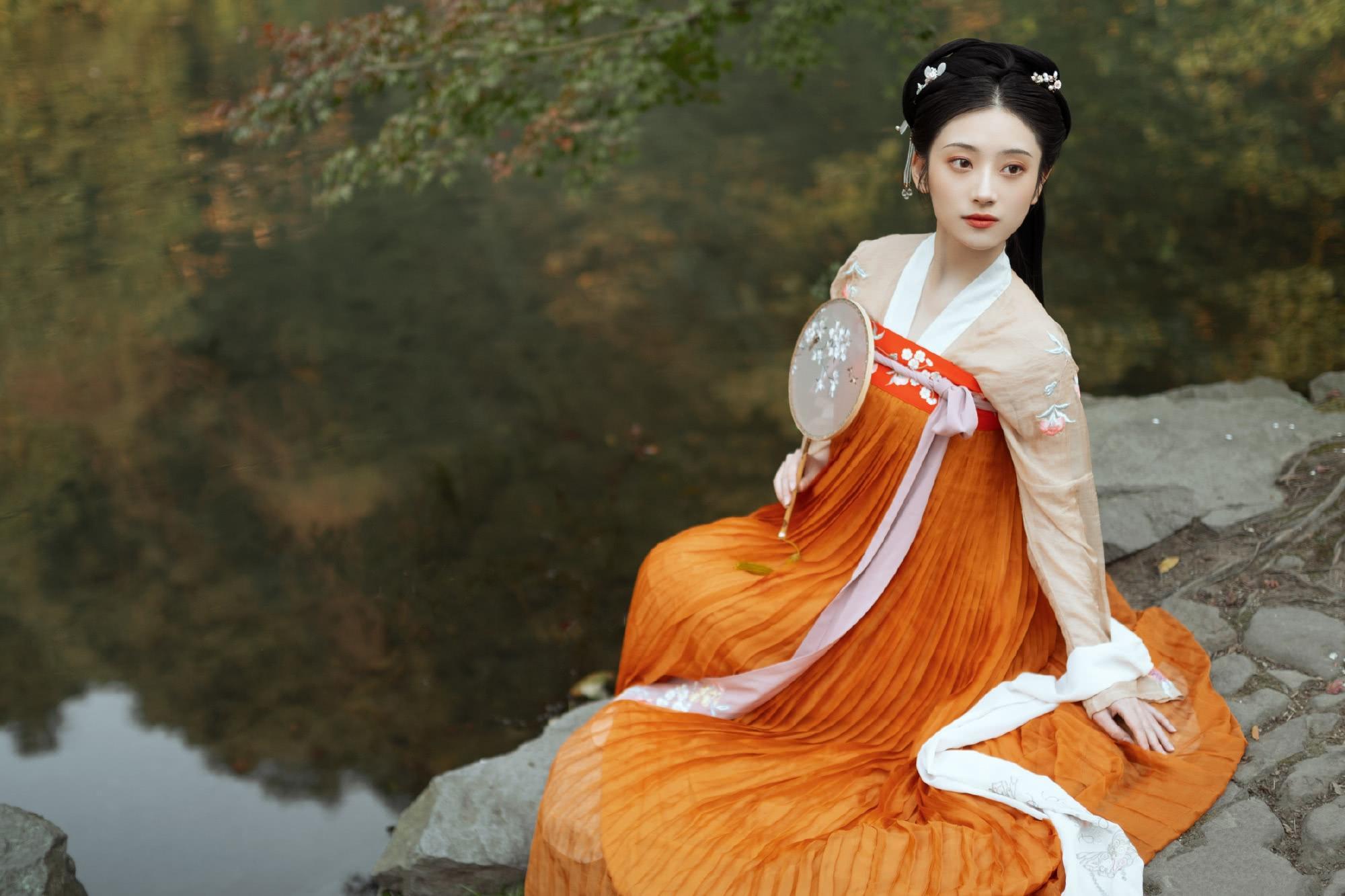 欧洲媒体关注中国传统服饰热潮:中国年轻人正在复兴传统文化